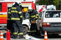 Recherche et opération de sauvetage pendant l'accident de voiture Photo stock