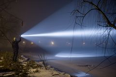 Recherche extérieure avec la lampe-torche la nuit images libres de droits