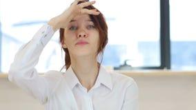 Recherche, femme dans le bureau banque de vidéos