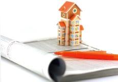 Recherche immobilière avec l'aide du catalogue Photo stock