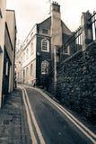 Recherche plus bas de la ruelle d'église dans Bristol Image stock