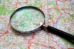 Recherche sur une carte photos stock