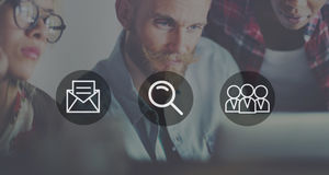 Recherche Team Concept de loupe de courrier photo stock