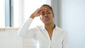 Recherche, trouvant la femme de couleur banque de vidéos