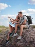Recherche un nouvel endroit Montagnes et côte de déplacement de toghether, liberté et concept actif de mode de vie Photos stock