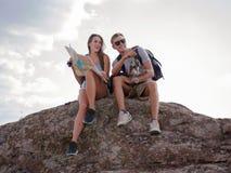 Recherche un nouvel endroit Montagnes et côte de déplacement de toghether, liberté et concept actif de mode de vie photographie stock