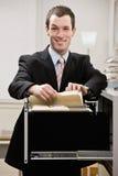 Recherches confiantes d'homme d'affaires par le classeur photo stock