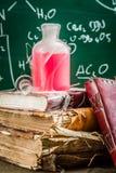 Recherchez l'élixir d'employer la chimie dans le laboratoire d'école Photographie stock libre de droits