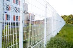 Recherchez la barrière blanche de trellis à l'avenir Foyer s?lectif photographie stock