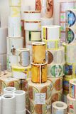 RECHITSA, ΛΕΥΚΟΡΩΣΙΑ - 12 Απριλίου 2013: Πολυγραφικά προϊόντα χρωματισμένες εμπορικές αυτοκόλλητες ετικέττες στους κυλίνδρους Στοκ Εικόνες
