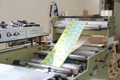 RECHITSA, ΛΕΥΚΟΡΩΣΙΑ - 12 Απριλίου 2013: Πολυγραφική μηχανή για την παραγωγή των εμπορικών αυτοκόλλητων ετικεττών Στοκ εικόνα με δικαίωμα ελεύθερης χρήσης