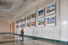 RECHITSA, Belarus - 20 avril 2016 : Une facilité de garçon se comporte des photos de photo à une exposition au centre culturel de Photographie stock libre de droits
