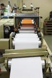 RECHITSA, BIELORRÚSSIA - 12 de abril de 2013: Máquina poligráfica para a produção das etiquetas de comércio Fotografia de Stock Royalty Free