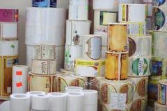 RECHITSA, BIELORRÚSSIA - 12 de abril de 2013: Produtos poligráficos etiquetas comerciais coloridas nos rolos Foto de Stock