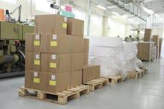 RECHITSA, BIELORRUSIA - 12 de abril de 2013: Máquina poligráfica para la producción de etiquetas engomadas comerciales Imágenes de archivo libres de regalías