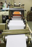 RECHITSA, BIELORRUSIA - 12 de abril de 2013: Máquina poligráfica para la producción de etiquetas engomadas comerciales Fotografía de archivo libre de regalías