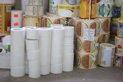 RECHITSA, BIELORRUSIA - 12 de abril de 2013: Productos poligráficos etiquetas engomadas comerciales coloreadas en rodillos Fotos de archivo libres de regalías