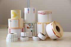 RECHITSA, BIELORRUSIA - 12 de abril de 2013: Productos poligráficos etiquetas engomadas comerciales coloreadas en rodillos Foto de archivo libre de regalías