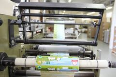 RECHITSA, BIELORUSSIA - 12 aprile 2013: Macchina poligrafica per la produzione degli autoadesivi commerciali immagine stock