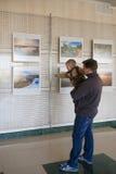 RECHITSA, Bielorussia - 20 aprile 2016: Una facilità del ragazzo si comporta le immagini della foto ad una mostra nel centro cult fotografia stock