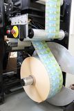RECHITSA, WIT-RUSLAND - April 12, 2013: Polygraphic machine voor de productie van handelsstickers Stock Afbeelding