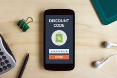 Rechnen Sie Codekonzept auf intelligentem Telefonschirm auf hölzernem Schreibtisch ab stockbild