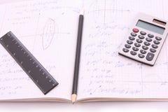 Rechner auf Notizblock mit Berechnungen Stockbild