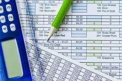 Rechner, Bleistift und Leistungsblatt Lizenzfreie Stockfotos