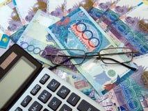 Rechner- und Banknoten in Kazakhstan Stockbild