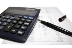 Rechner und Feder auf Bilanz Stockbilder