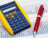 Rechner und Feder auf Einkommendiagramm Stockfoto
