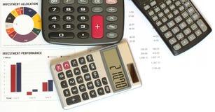Rechner und Finanzabbildungen und Diagramme lizenzfreies stockbild