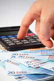 Rechner und Geld - Bilanzauffassung Stockfotografie