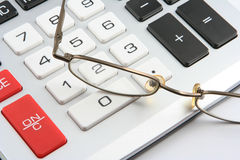 Rechner und Gläser Stockfotos