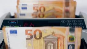 Rechner verarbeitet Eurobanknoten stock video footage