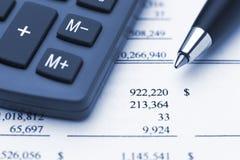 Rechnerfeder und Finanzreport Stockbild
