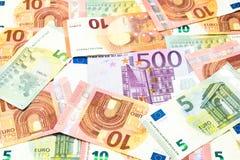 Rechnung des Euros fünfhundert im Stapel des fünf und zehn-Euro-Hintergrundes Stockfotos