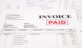 Rechnung und Rechnungen mit zahlendem Stempel Stockfoto