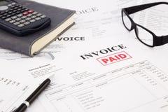 Rechnung und Rechnungen mit zahlendem Stempel lizenzfreie stockbilder