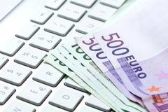 Rechnungen auf einer Tastatur Lizenzfreies Stockfoto