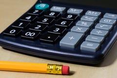 Rechnungen, Dokumente und Papiere mit Taschenrechner Büro des accou Stockbild