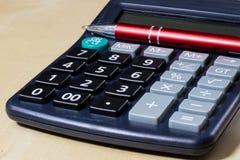 Rechnungen, Dokumente und Papiere mit Taschenrechner Büro des accou Stockfoto