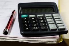 Rechnungen, Dokumente und Papiere mit Taschenrechner Büro des accou Stockfotos