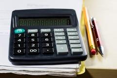 Rechnungen, Dokumente und Papiere mit Taschenrechner Büro des accou Lizenzfreie Stockbilder