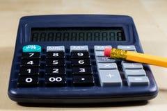 Rechnungen, Dokumente und Papiere mit Taschenrechner Büro des accou Lizenzfreie Stockfotografie