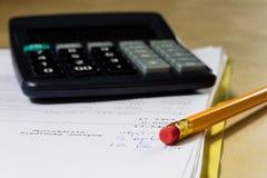 Rechnungen, Dokumente und Papiere mit Taschenrechner Büro des accou Stockfotografie