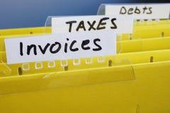 Rechnungen geschrieben auf Ordner mit Dokumenten stockbilder