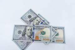 $100 Rechnungen lokalisiert gegen einen weißen Hintergrund lizenzfreies stockfoto