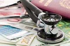 Rechnungen mit Stethoskop und Pass Stockbild