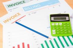 Rechnungen mit Taschenrechner Stockfotos